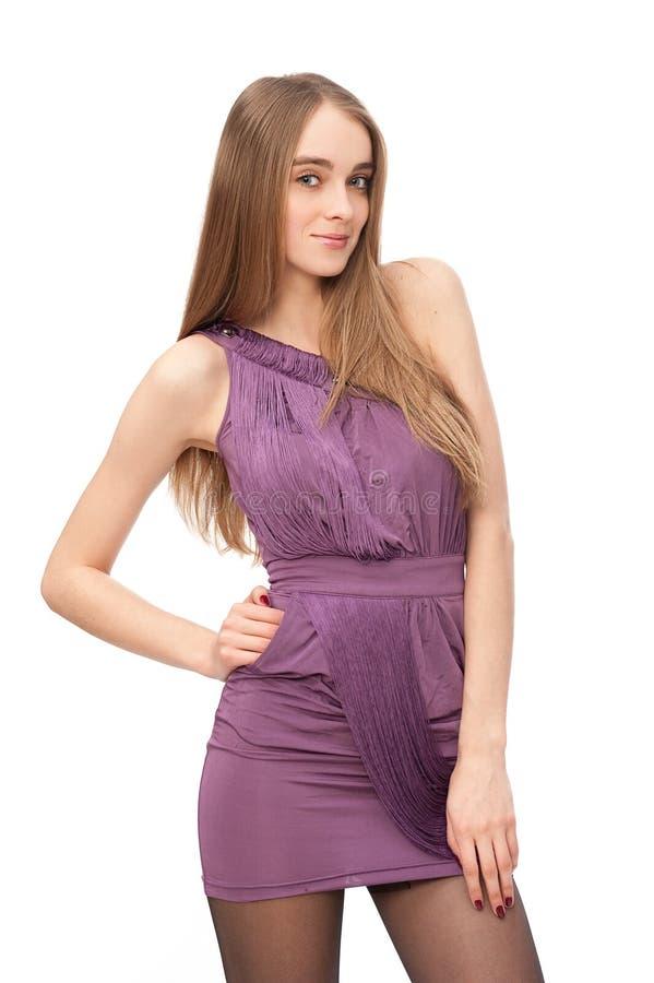 Portret modna młoda kobieta w ostrym fiołkowym dre zdjęcie stock