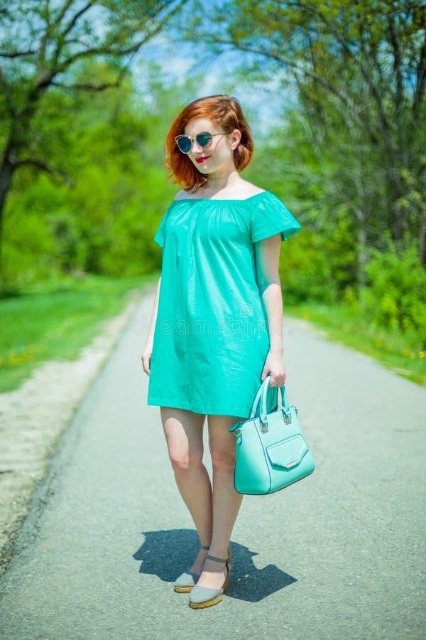 Portret modna rudzielec młoda kobieta w wiosna parku zdjęcia stock