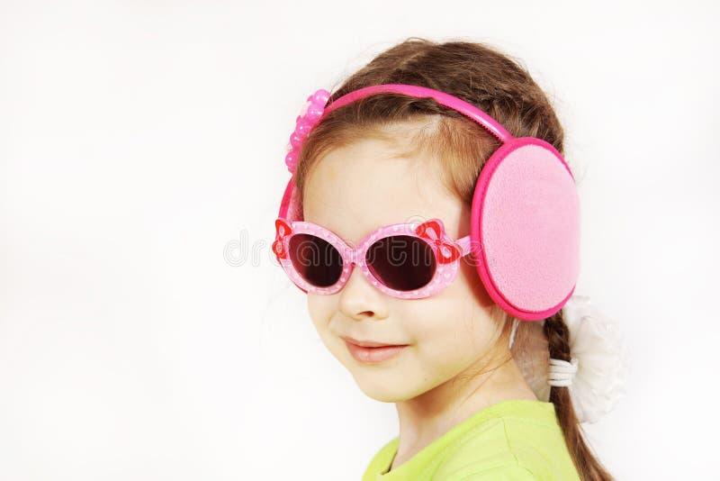 Portret modna uśmiechnięta śliczna mała dziewczynka z okularami przeciwsłonecznymi zdjęcie stock
