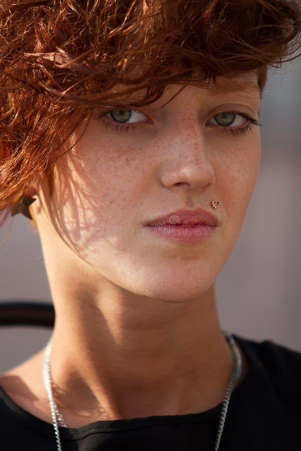 Portret modniś dziewczyna z warga pierścionkiem zdjęcie stock