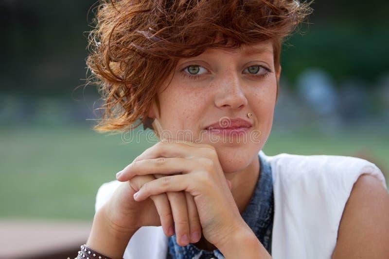 Portret modniś dziewczyna z warga pierścionkiem obraz stock