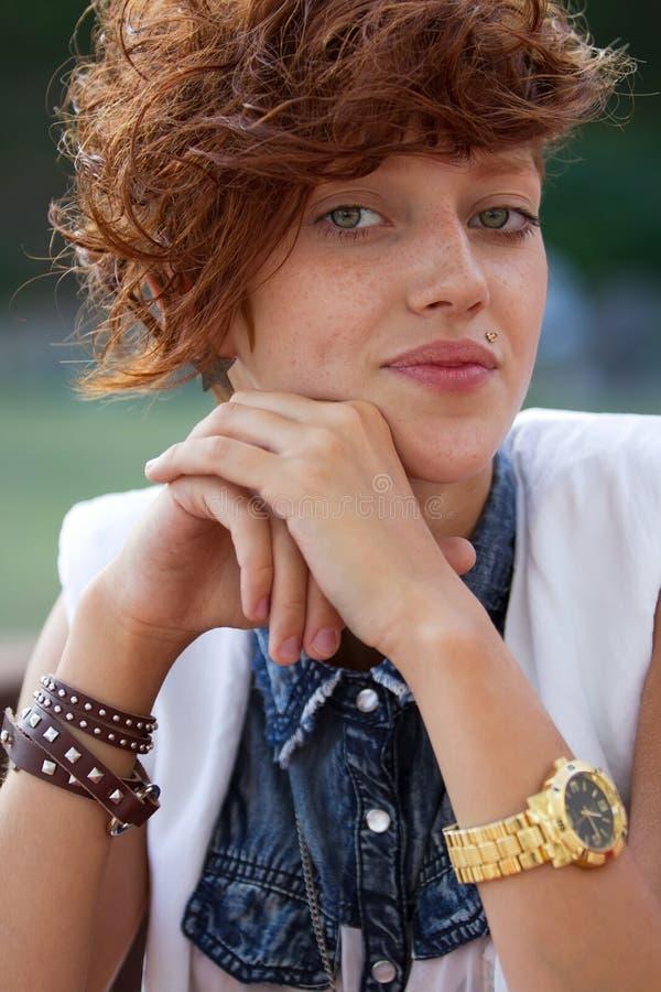 Portret modniś dziewczyna z warga pierścionkiem zdjęcie royalty free