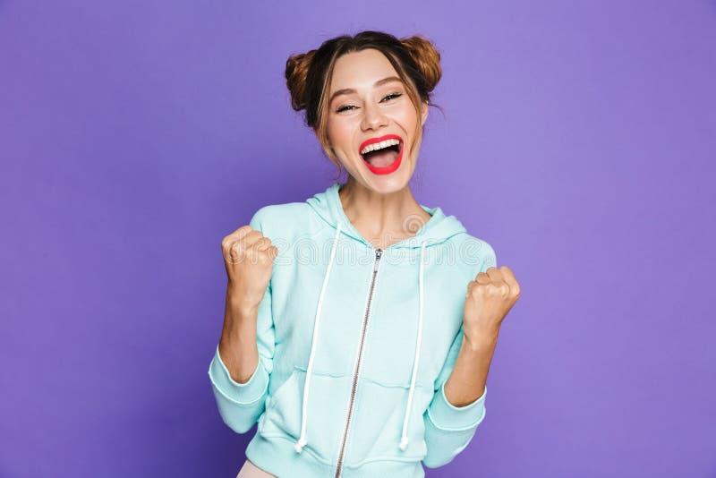 Portret modniś młoda kobieta raduje się z dwa babeczkami i clen zdjęcia royalty free