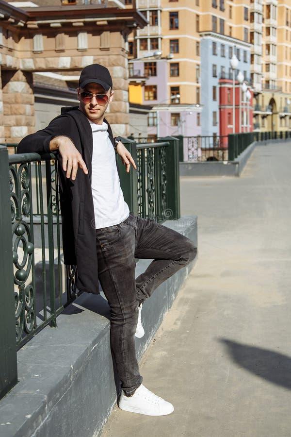 Portret modny młody człowiek w mieście obraz stock