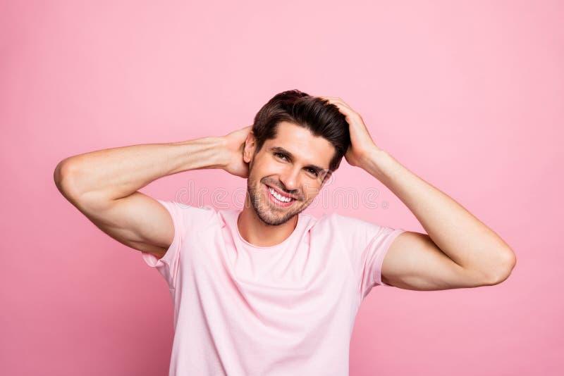 Portret modny macho macanie jego ostrzyżenie ma toothy uśmiech odizolowywającego nad różowym tłem zdjęcie royalty free
