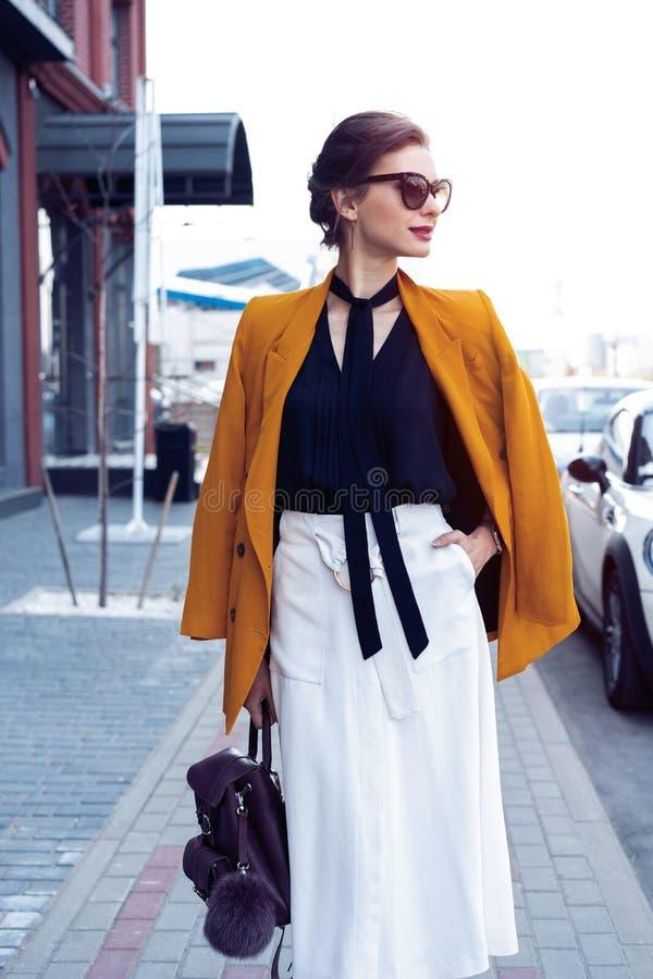 Portret mody kobieta chodzi na ulicie w okularach przeciws?onecznych Jest ubranym ? obraz royalty free