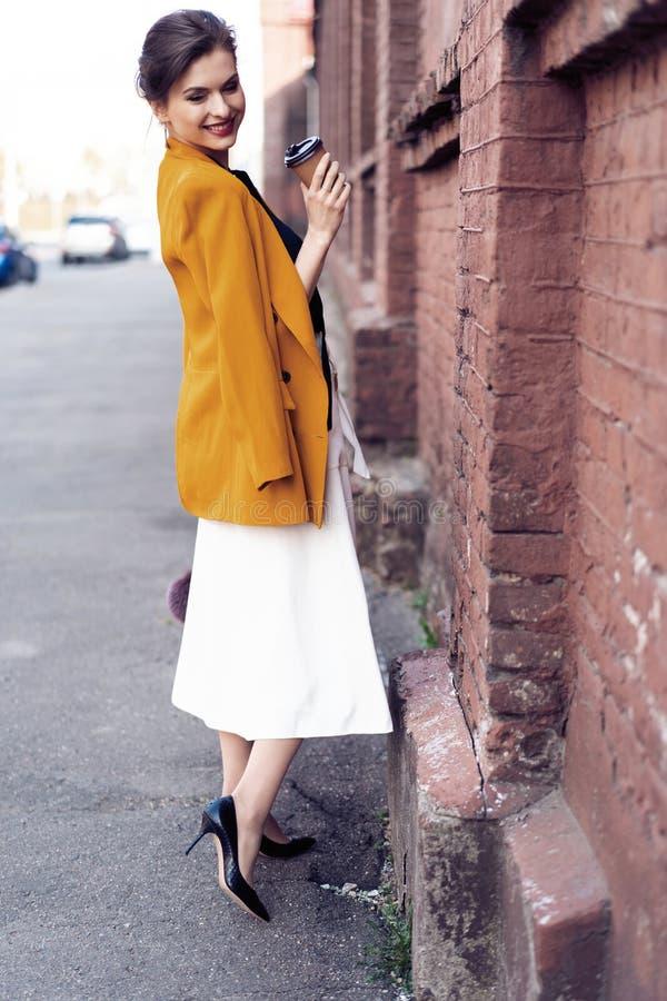 Portret mody kobiety odprowadzenie na ulicie Jest ubranym ? zdjęcie royalty free