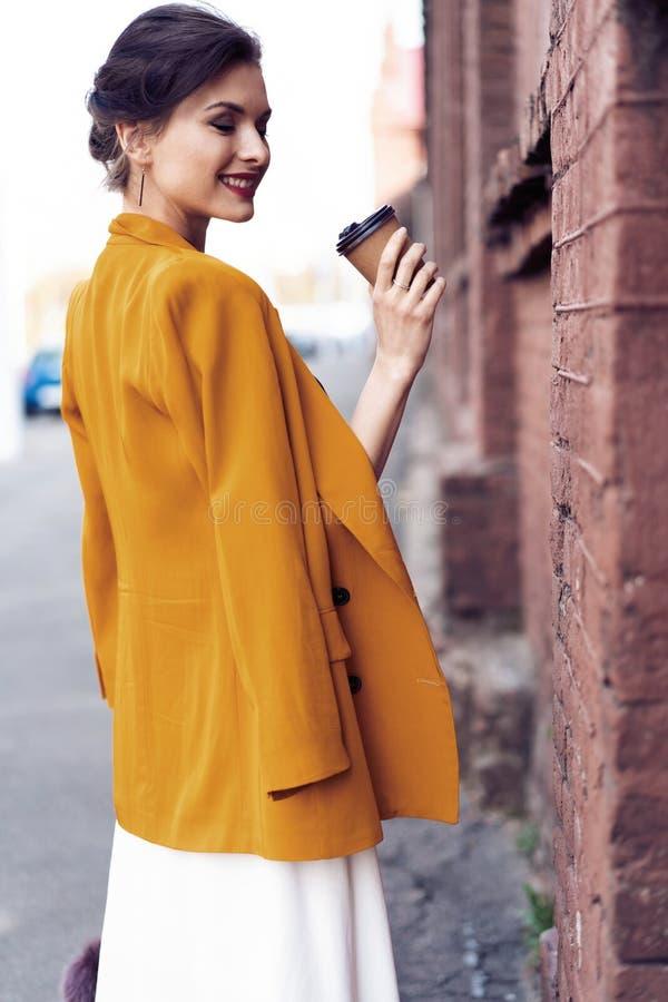 Portret mody kobiety odprowadzenie na ulicie Jest ubranym ? zdjęcia stock