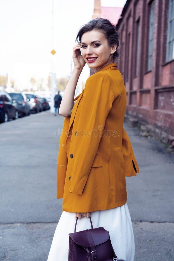 Portret mody kobiety odprowadzenie na ulicie Jest ubranym ? fotografia royalty free