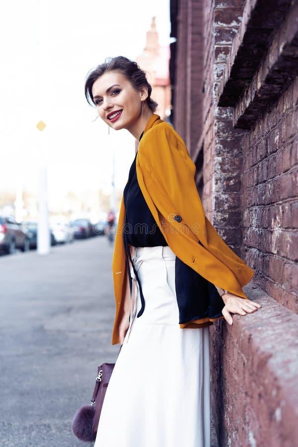 Portret mody kobiety odprowadzenie na ulicie Jest ubranym ? zdjęcia royalty free