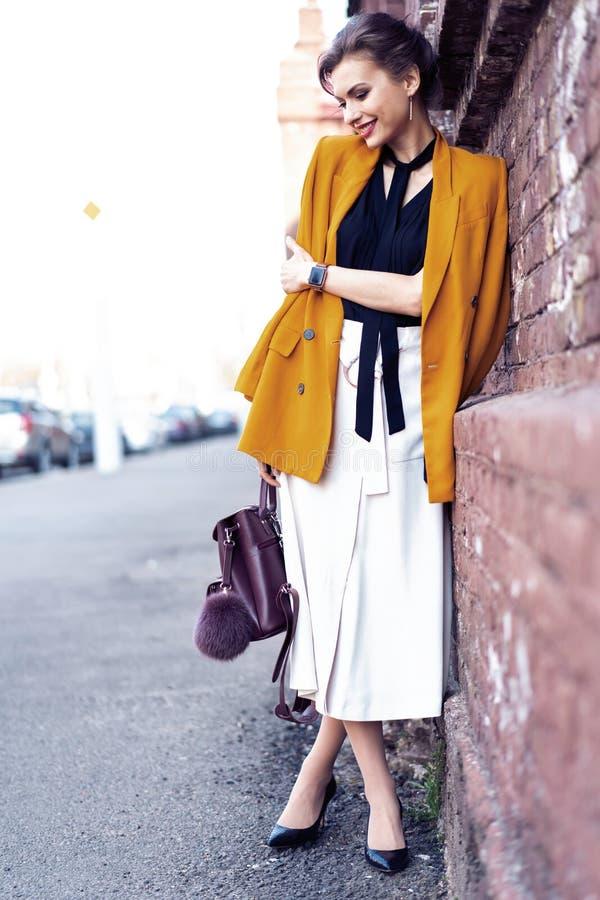 Portret mody kobiety odprowadzenie na ulicie Jest ubranym ? obrazy stock