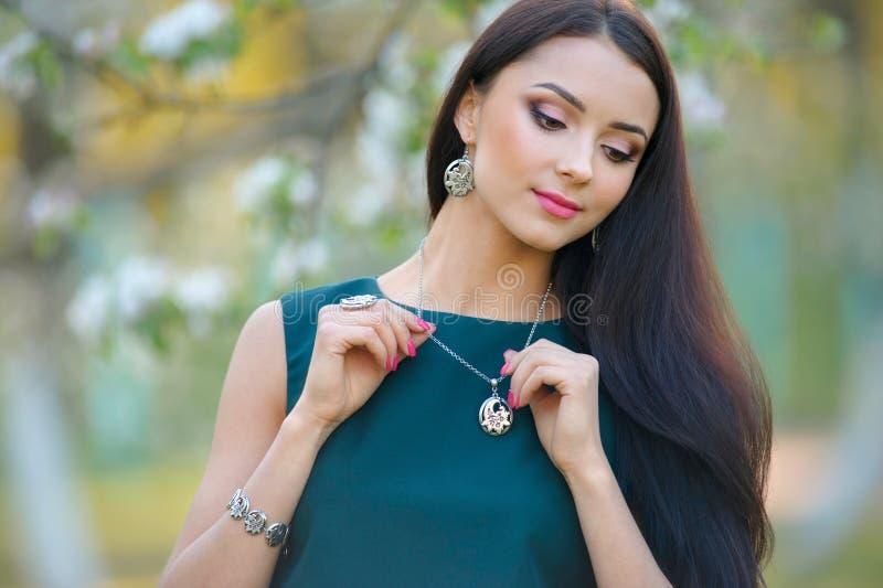 Portret mody modela odzieży projektanta elegancka biżuteria i accesso obrazy stock