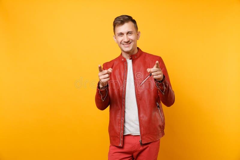 Portret mody uśmiechnięty przystojny młody człowiek 25-30 rok w czerwonej skórzanej kurtce, koszulki pozycja odizolowywająca na j obraz royalty free