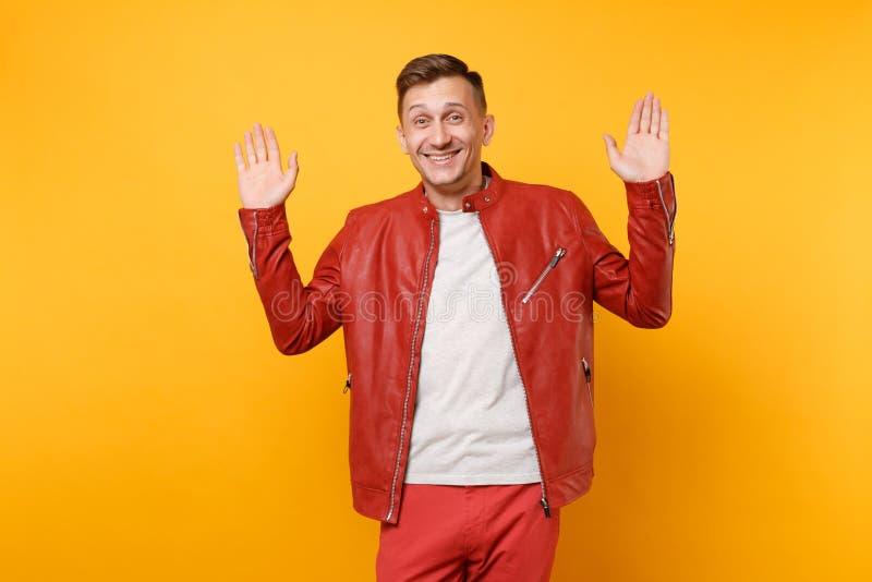 Portret mody uśmiechnięty przystojny młody człowiek 25-30 rok w czerwonej skórzanej kurtce, koszulki pozycja odizolowywająca na j obrazy royalty free