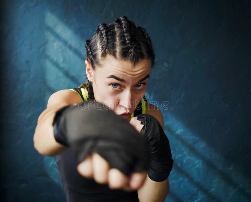 Portret mooi jong in dozen doend vrouw opleidingsponsen in gymnastiek royalty-vrije stock foto