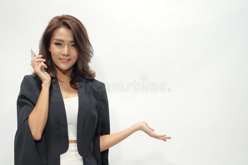 Portret mooie Aziatische vrouw die bevinden zich, houdt de telefoon, showin royalty-vrije stock afbeeldingen