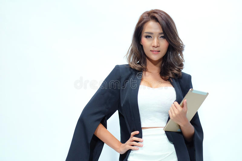 Portret mooie Aziatische vrouw die, Greeptablet bevinden zich stock foto