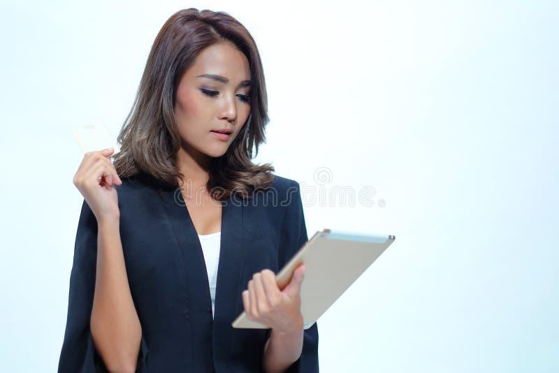 Portret mooie Aziatische vrouw status, Greeptablet en nameca royalty-vrije stock fotografie