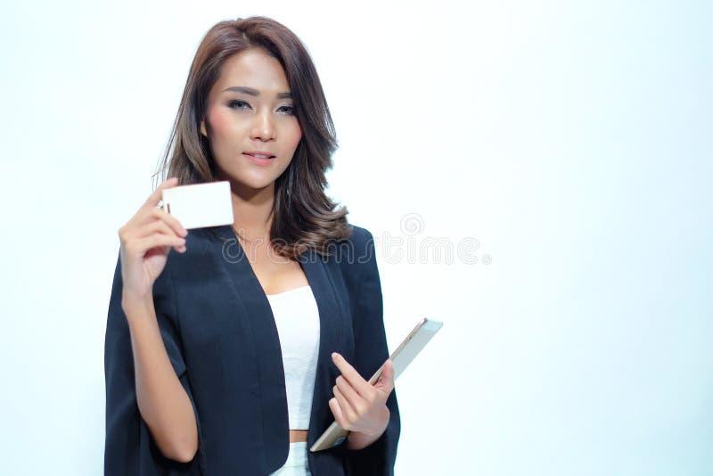 Portret mooie Aziatische vrouw status, Greeptablet en nameca royalty-vrije stock afbeeldingen