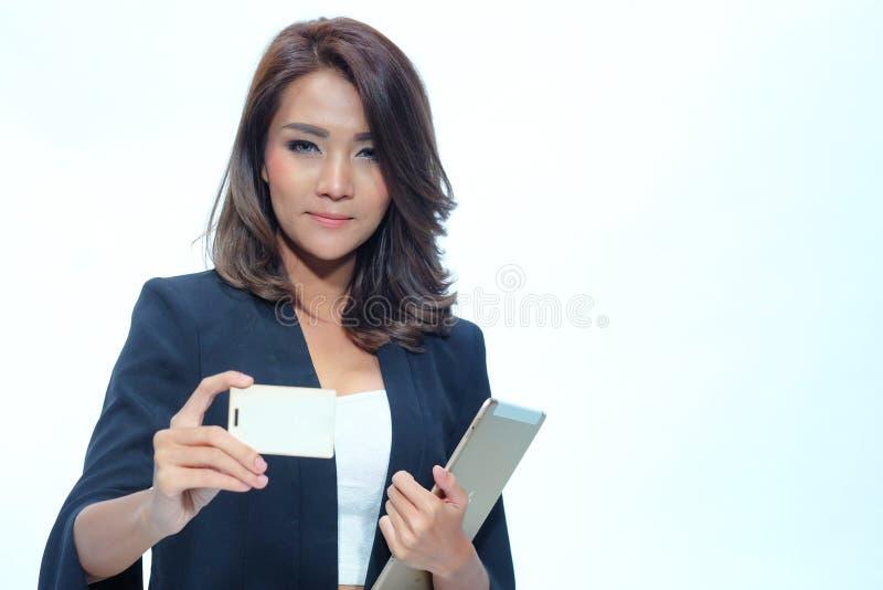 Portret mooie Aziatische vrouw status, Greeptablet en nameca stock afbeeldingen