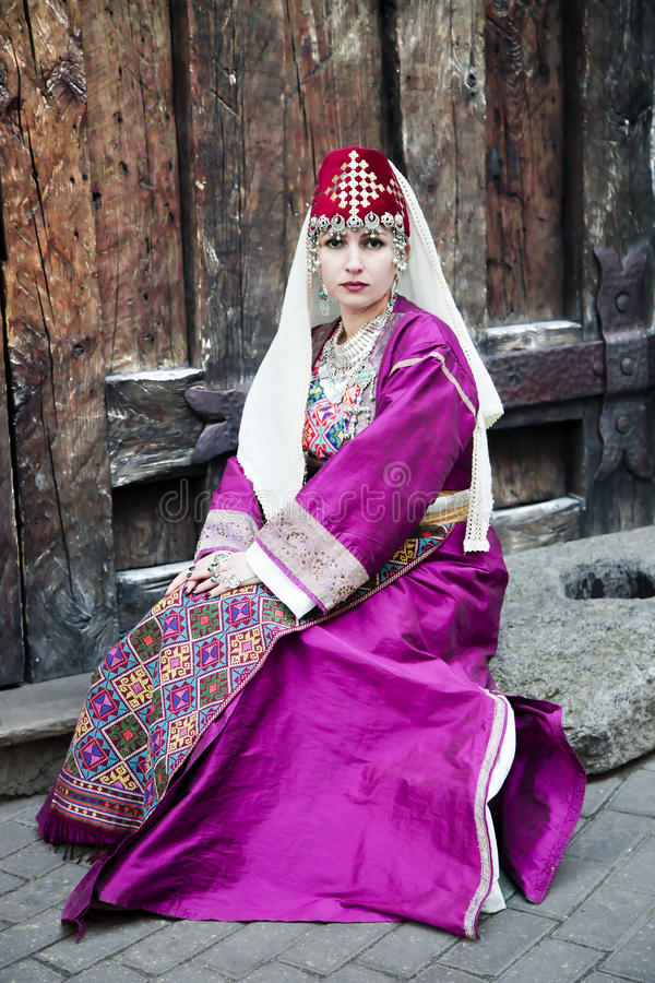 Portret mooie dame in de Armeense volkskleding stock fotografie