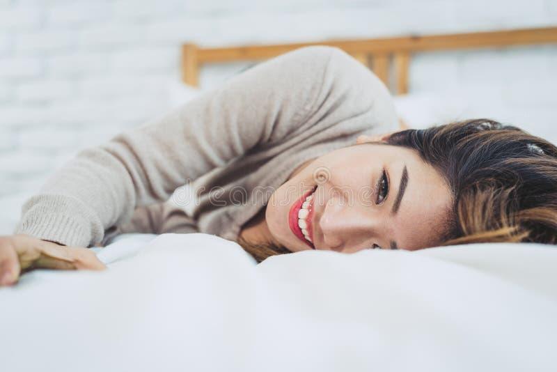 Portret mooie jonge Aziatische vrouw op bed thuis in de ochtend royalty-vrije stock afbeeldingen