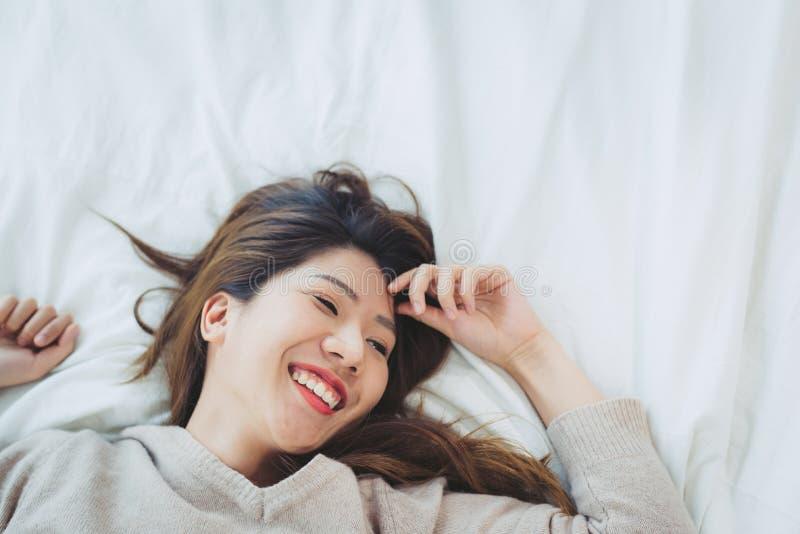 Portret mooie jonge Aziatische vrouw op bed thuis in de ochtend royalty-vrije stock foto