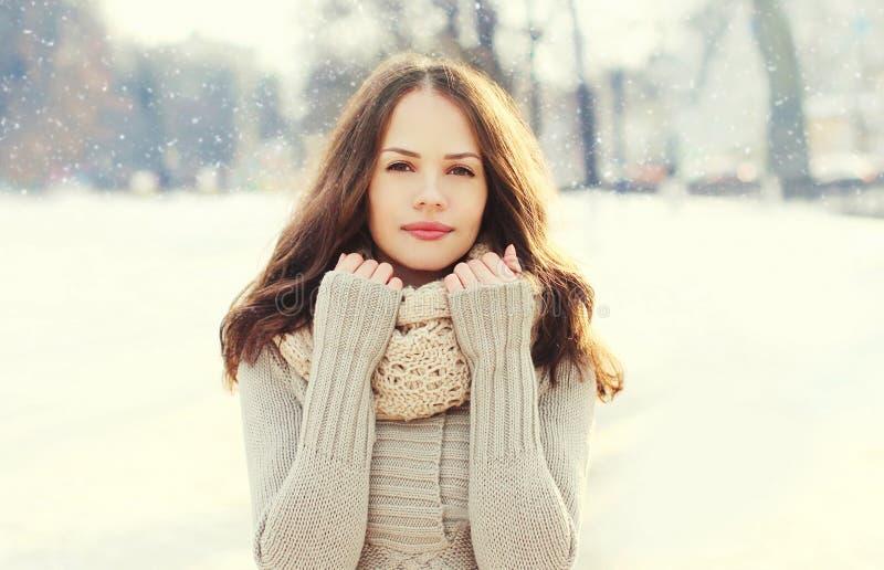 Portret mooie jonge vrouw over sneeuwvlokken in de winter royalty-vrije stock fotografie