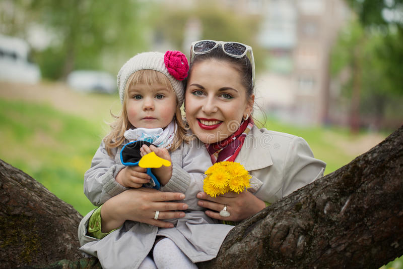 Portret mooie mamma en dochter in warme dag royalty-vrije stock fotografie