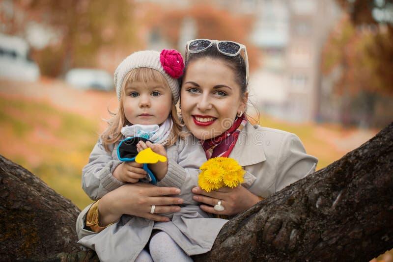 Portret mooie mamma en dochter in warme zonnige de herfstdag royalty-vrije stock foto's