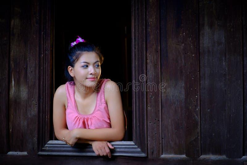 Portret Mooie vrouw die traditionele Thaise cultuur dragen vintag royalty-vrije stock afbeeldingen