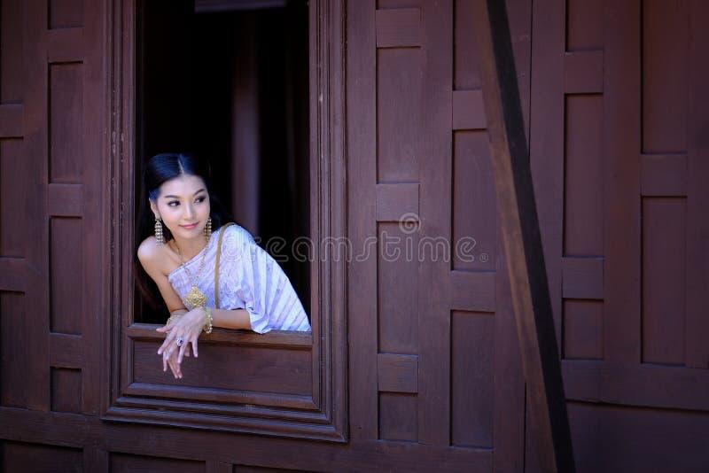 Portret Mooie vrouw die traditionele Thaise cultuur dragen vintag royalty-vrije stock afbeelding