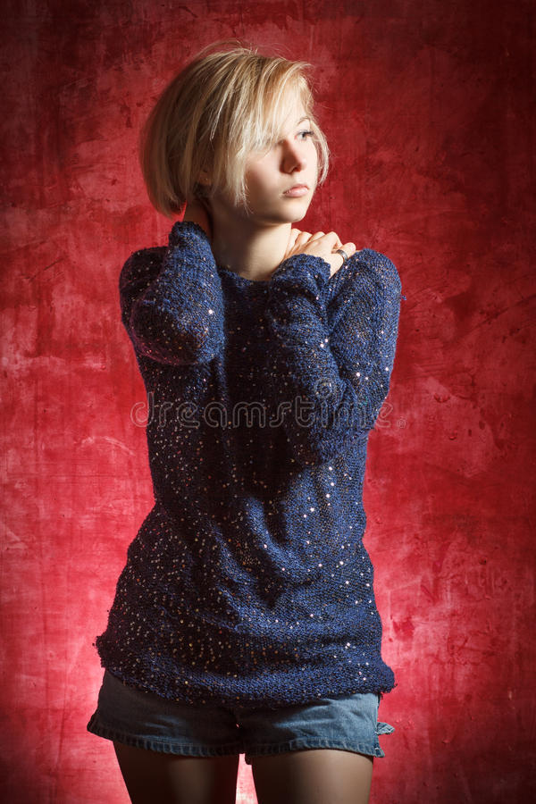 Portret mooie vrouw in kleding op grungemuur stock afbeeldingen