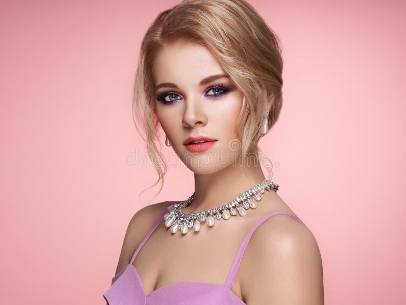 Portret Mooie Vrouw met Juwelen royalty-vrije stock fotografie