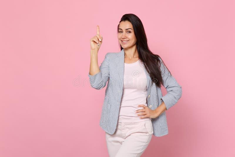 Portret mruganie młoda kobieta w pasiastym kurtki mienia palcu wskazującym z w górę wielkiego nowego pomysłu odizolowywającego na obraz royalty free