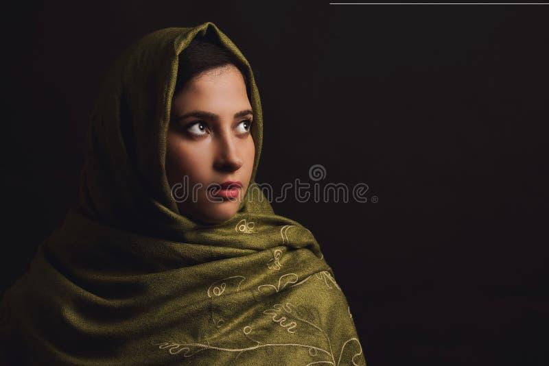 Portret Muzułmańskie kobiety w zielonym chustka na głowę zdjęcia stock