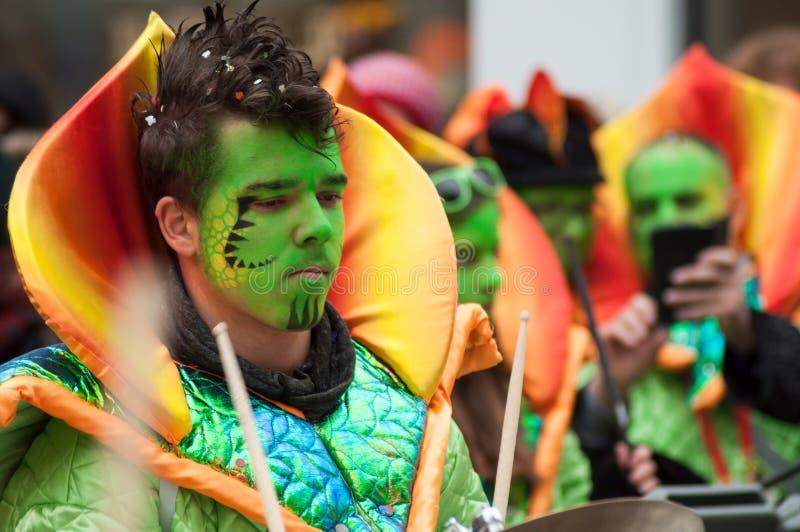 Portret muzyk z pięknym makeup w zespole paraduje w ulicie obraz stock