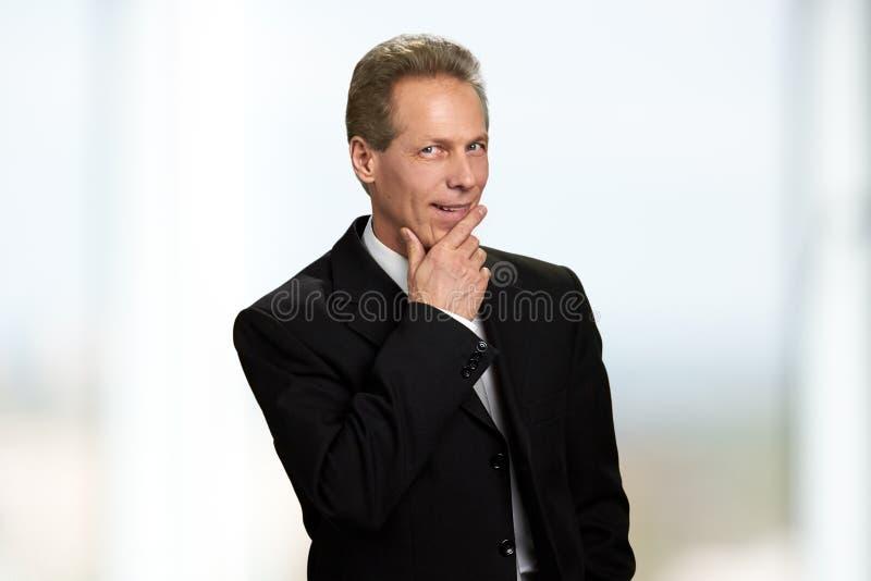 Portret myśleć uśmiechniętego biznesmena obraz royalty free