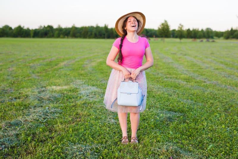Portret na ślicznej śmiesznej roześmianej, zdziwionej kobiecie z lub obraz royalty free