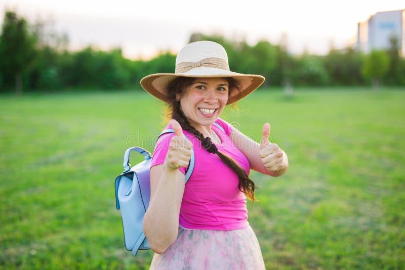 Portret na ślicznej śmiesznej roześmianej, zdziwionej kobiecie z lub fotografia royalty free