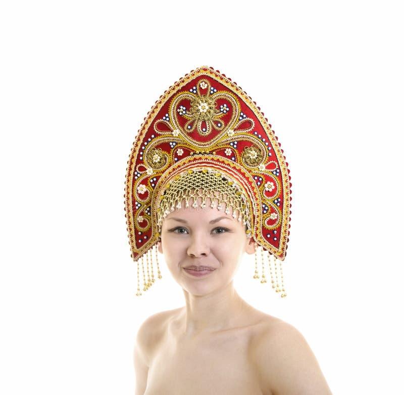 Portret Naga uśmiechnięta dziewczyna w kokoshnik pióropuszu na białym tle zdjęcie royalty free