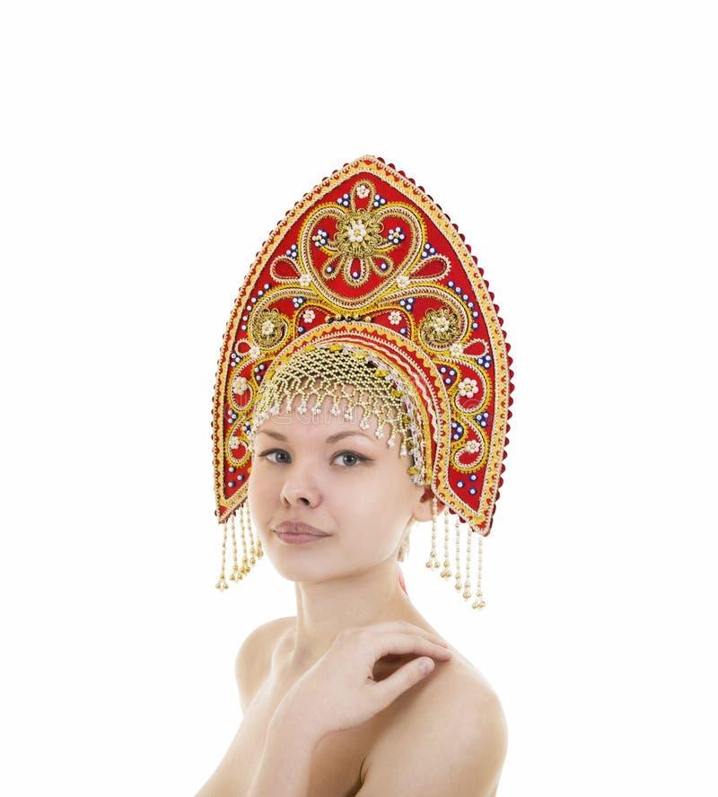 Portret Naga uśmiechnięta dziewczyna w kokoshnik pióropuszu na białym tle zdjęcia stock