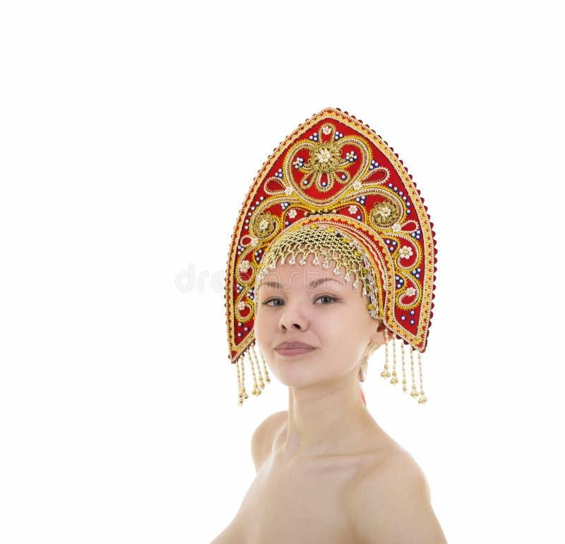 Portret Naga uśmiechnięta dziewczyna w kokoshnik pióropuszu na białym tle obrazy royalty free