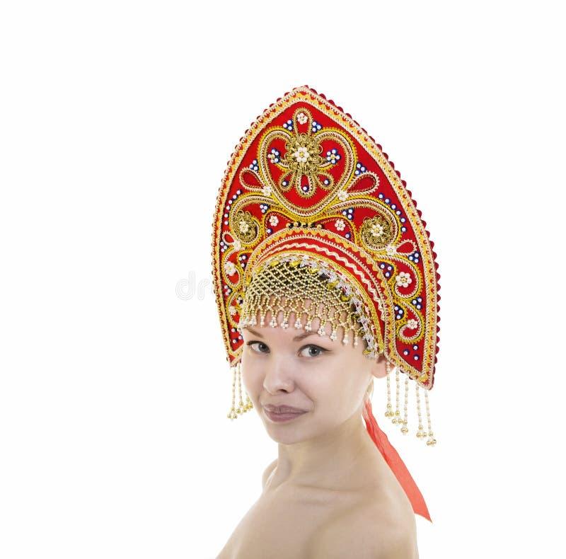 Portret Naga uśmiechnięta dziewczyna w kokoshnik pióropuszu na białym tle zdjęcie stock