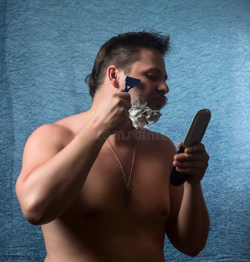 Portret nagi mężczyzna golenie zdjęcie stock