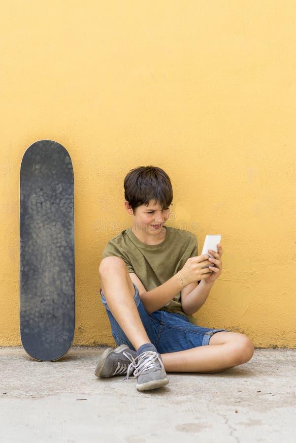 Portret nastolatka obsiadanie na podłoga na ulicznym drogowym cha fotografia royalty free