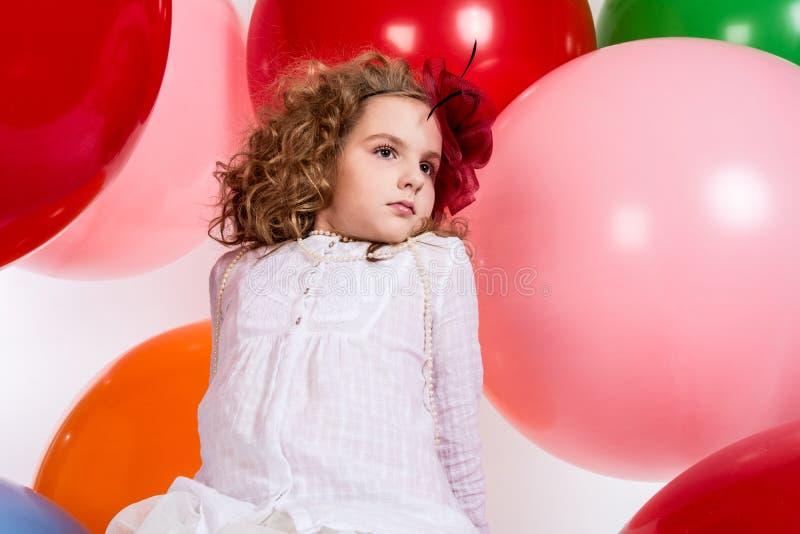 Portret nastoletnia dziewczyna w kapeluszowej i białej sukni na tle o obrazy royalty free