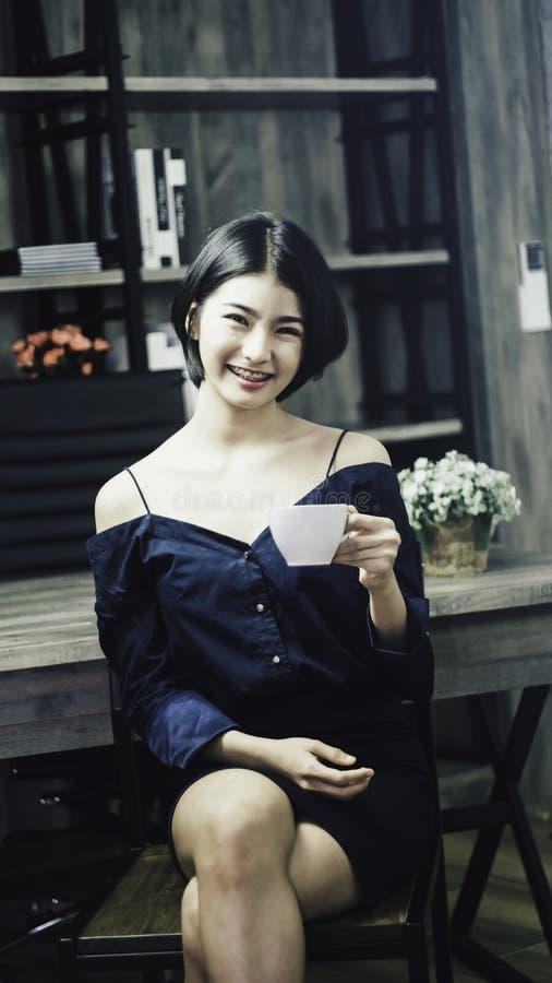 Portret nastoletnia dziewczyna w luksusowej błękit sukni, ono uśmiecha się szczęśliwie z jaskrawym spojrzeniem, trzymający białeg obrazy stock