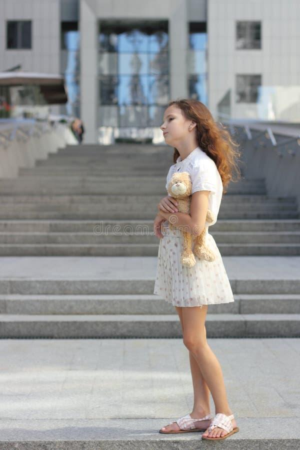 Download Portret Nastoletnia Dziewczyna Z Zabawką Zdjęcie Stock - Obraz złożonej z ostrość, tło: 57657884