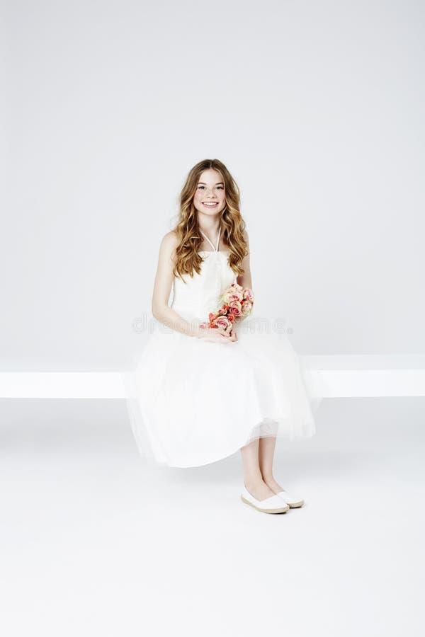 Download Portret Nastoletnia Kwiat Dziewczyna Obraz Stock - Obraz złożonej z biały, kolor: 53784631